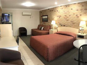 Queen/Single (or Twin Share) Room