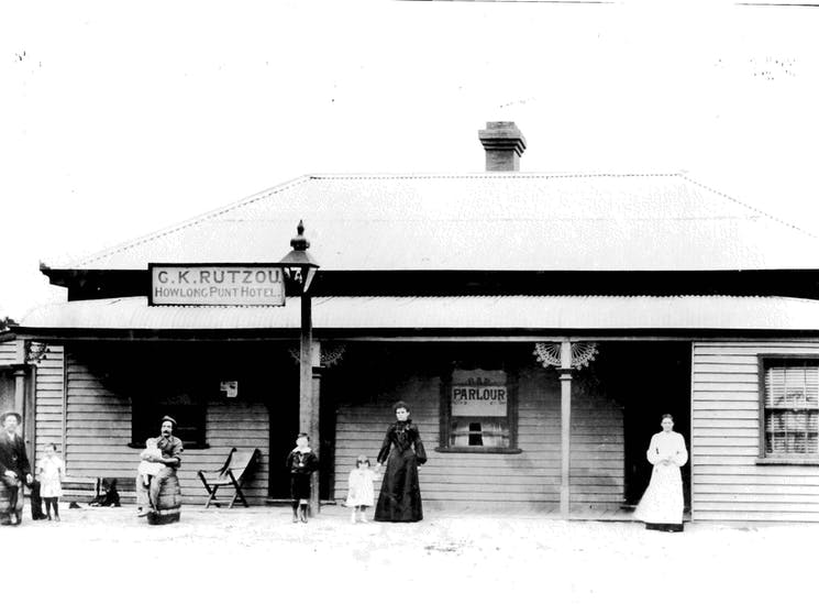 Historic black and white image of now deteriorated Howlong Punt Hotel