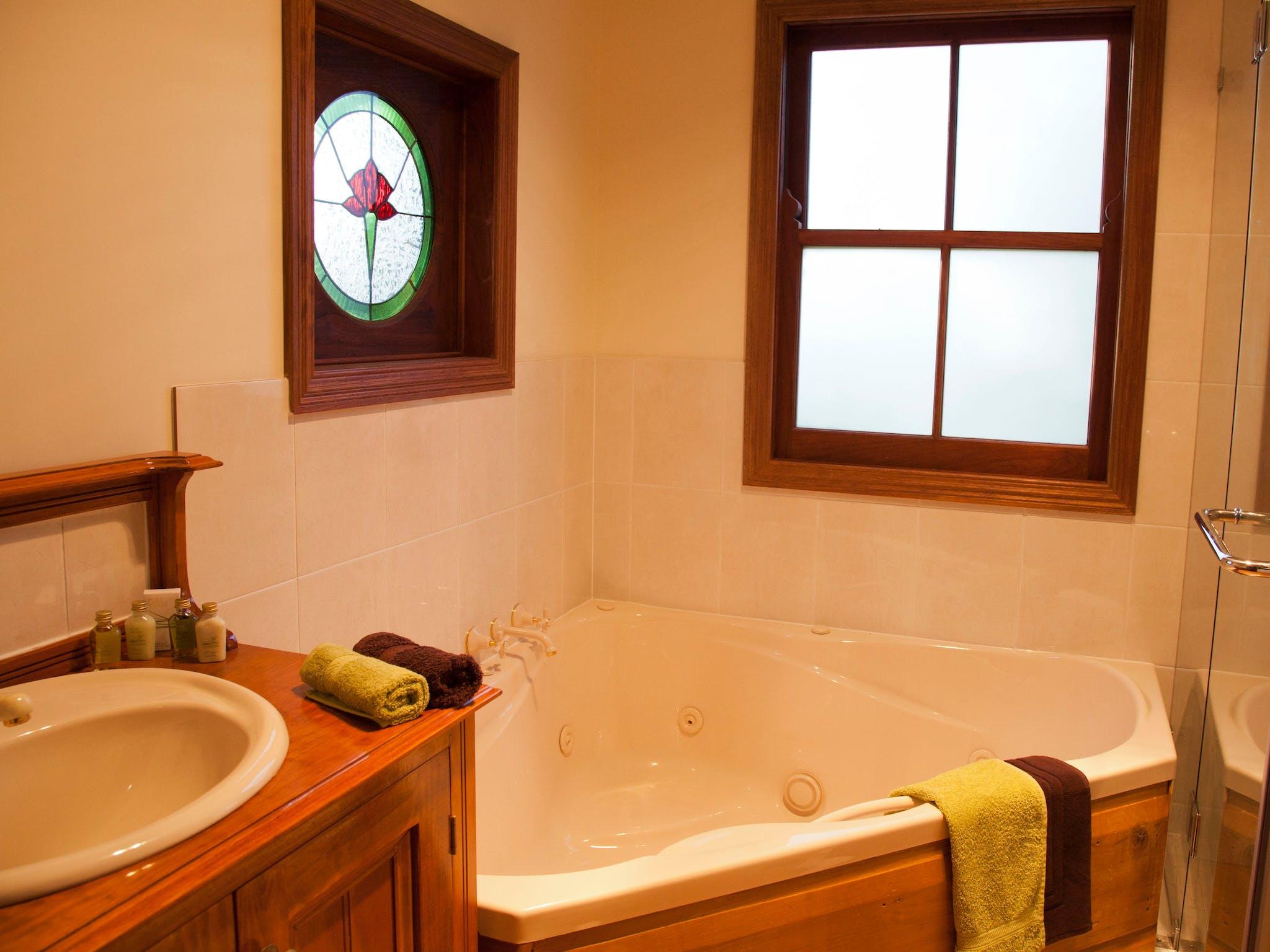 Oak Cottage Spa Bath