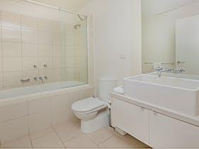 1 bedroom apartment river view - bathroom