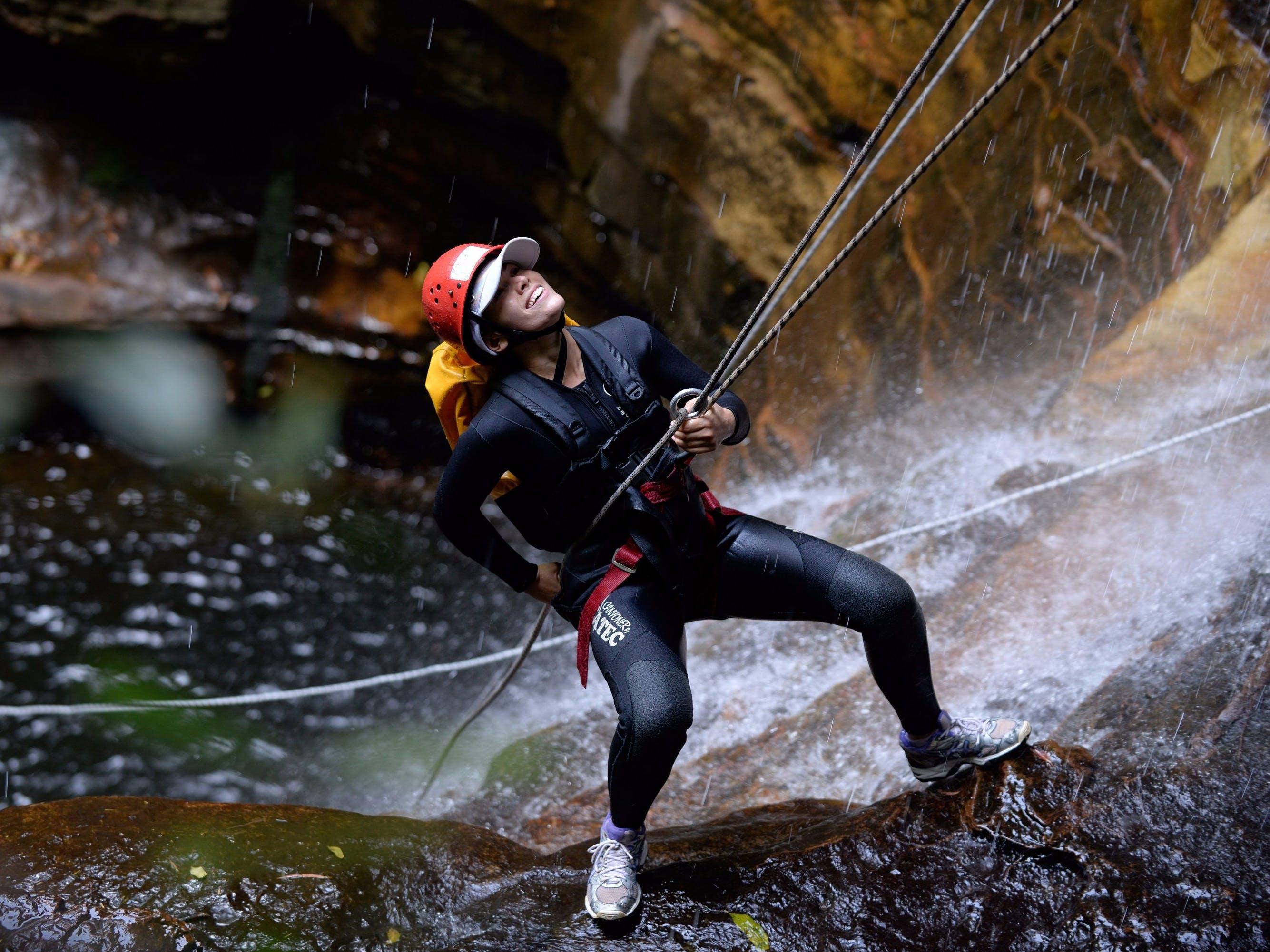 オーストラリアンのエンプレス・フォールズ(シドニーから1時間西)で滝のアブセイリング